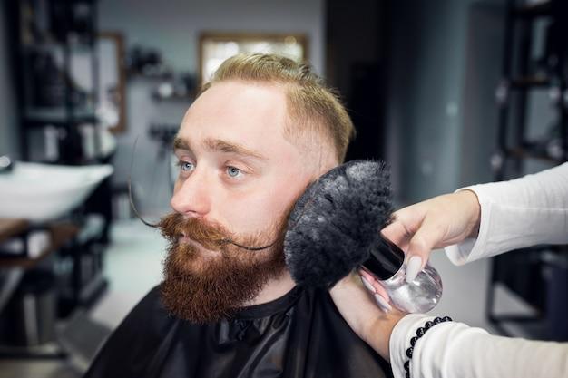 Uomo nel negozio di barbiere