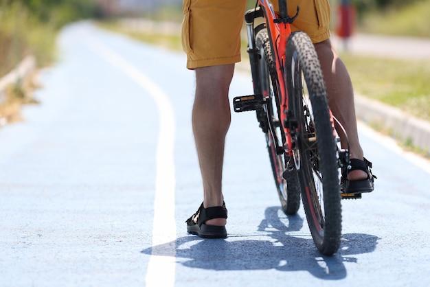 男は自転車道に立ったまま自転車で動き始める
