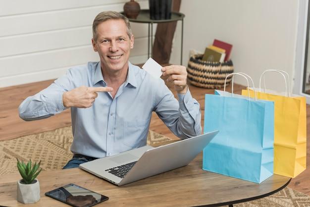 Uomo eccitato da offerte speciali su internet