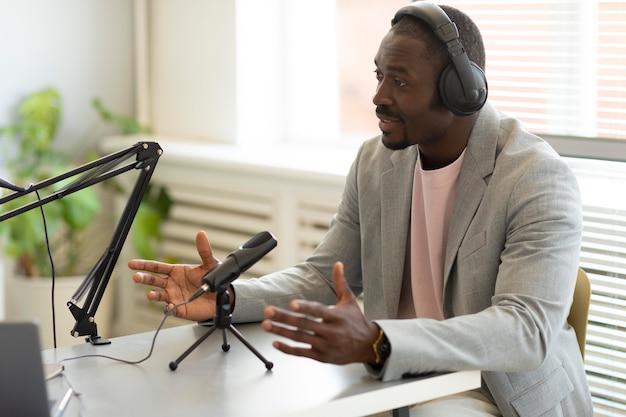 Uomo intervistato in un podcast