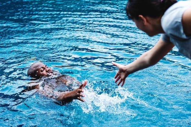 水から救出されている人