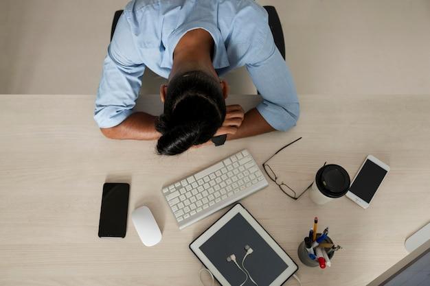 L'uomo è stanco dopo aver passato troppo tempo al telefono