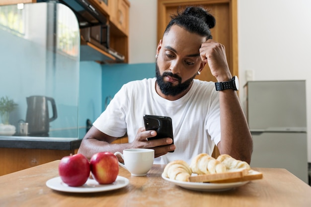 L'uomo è stanco mentre fa colazione