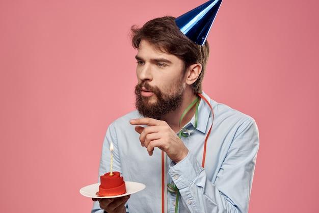 キャンドルキャップの楽しみと男の誕生日パーティーケーキ。高品質の写真
