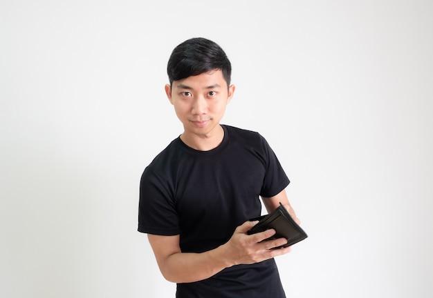 지갑을 손에 들고 자신감 있고 웃는 얼굴로 카메라를 바라보는 남자 검은색 셔츠