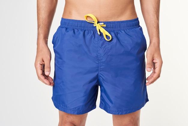 Uomo in pantaloncini da surf blu