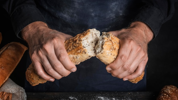 빵 한 덩어리를 깨는 남자