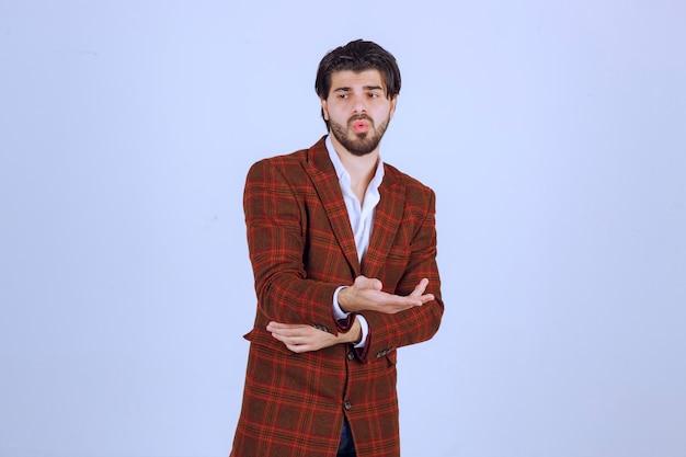 L'uomo in giacca marrone sembra confuso e cerca di spiegarsi. Foto Gratuite