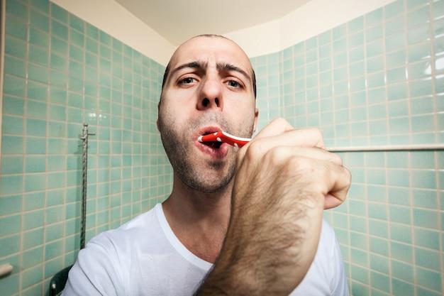 男は彼の歯を磨く