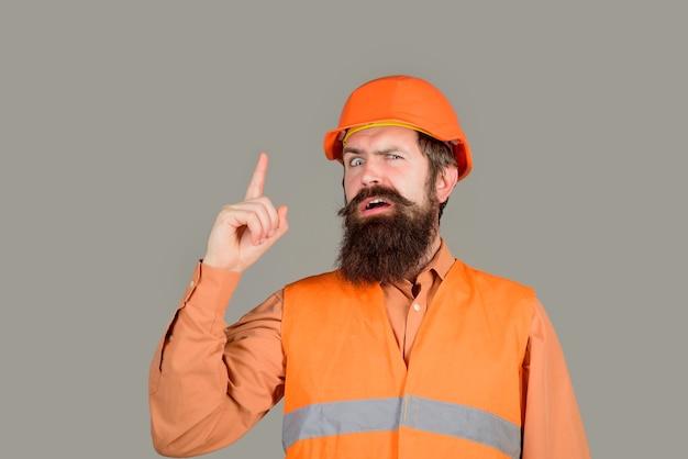 보호복을 입은 좋은 아이디어 빌더와 헬멧 엔지니어가 위험을 경고하는 남자 빌더