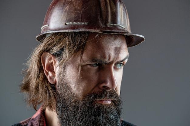 남자 빌더, 산업. 헬멧에 하드 모자, 감독 또는 수리공에 작성기.