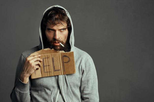 거리 우울증 돈 문제에 수염을 가진 남자 부랑자