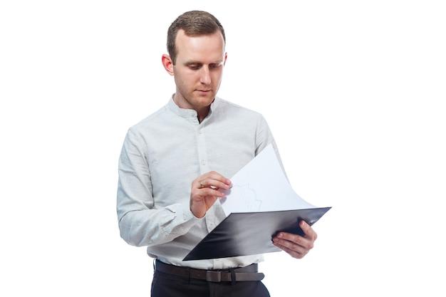 남자 사업가, 교사, 멘토는 새로운 비즈니스 프로젝트를 연구하고 문서에 서명합니다. 흰색 배경에 고립