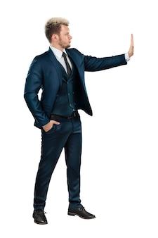 完全に成長しているビジネススーツの男性ビジネスマンは、停止ジェスチャーを示しています