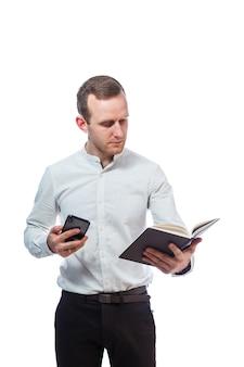 Мужчина бизнесмен, учитель, наставник изучает записи в дневнике и разговаривает по мобильному телефону. изолированные на белом фоне