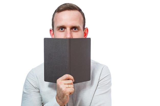 Мужчина бизнесмен, учитель, наставник изучает записи в дневнике. изолированные на белом фоне