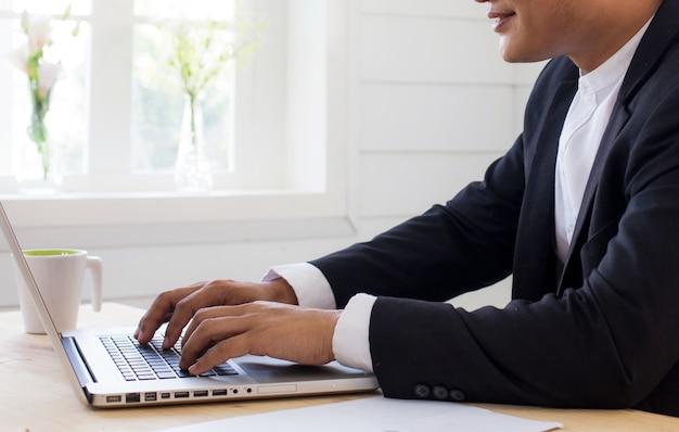 コンピューターに取り組んでいるビジネスman.businessman