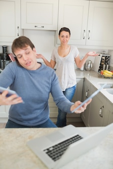 なぜ彼の妻が不思議に思っている間、技術で忙しい男
