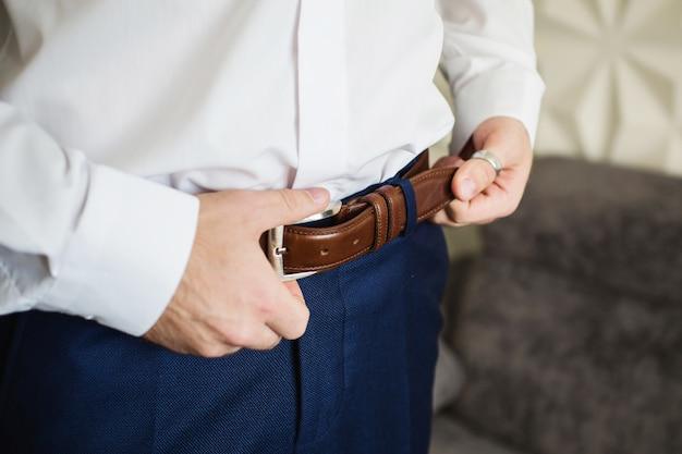 男ボタンベルト。メンズスタイル。職業。仕事に備えるために、