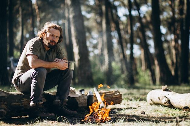 Человек у костра в лесу Бесплатные Фотографии