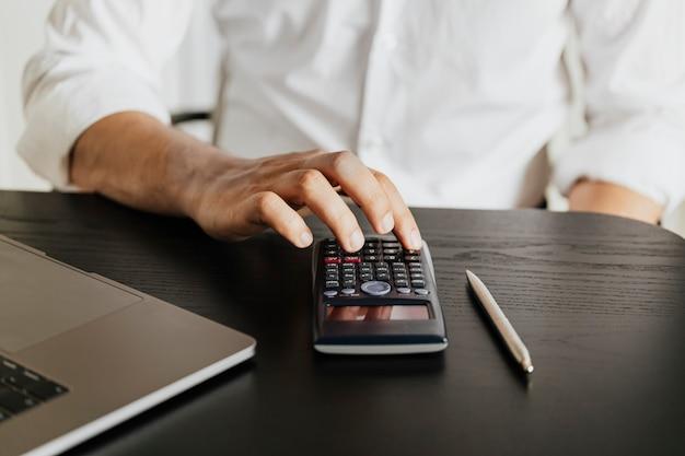 Uomo che calcola i suoi risparmi durante la pandemia di covid-19