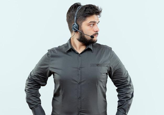 Uomo in call center indossando auricolare isolato su bianco
