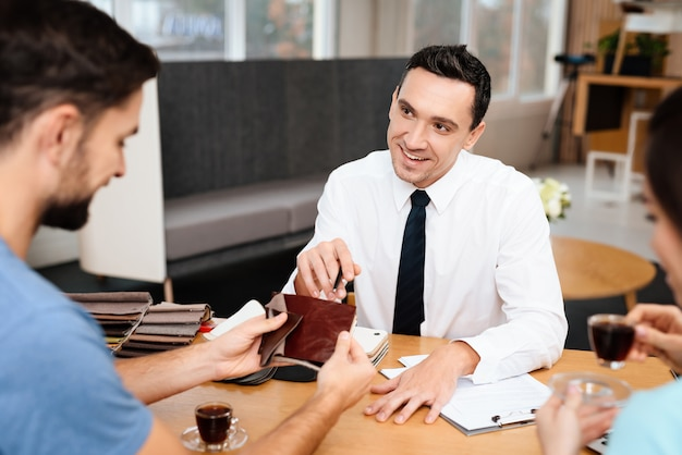 男は家具店にやって来た。マネージャーは彼を助けます。