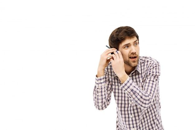 男は耳が聞こえない、トランシーバーを耳の近くに持つ