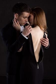 Мужчина осторожно снимает платье с девушки, которая его целует