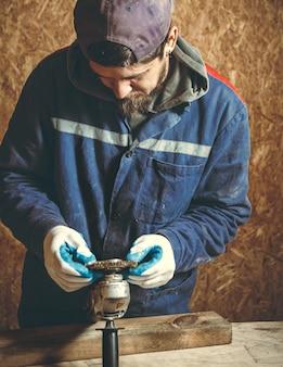 Плотник человек в ремонте своих рабочих инструментов в своей мастерской