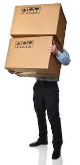 Человек несет коробки, изолированные на белом фоне