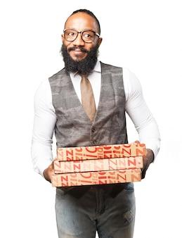 ピザの箱を運ぶ男