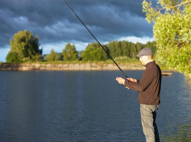 Человек ловит рыбу в пасмурный день