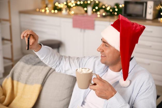 コロナウイルスの流行のために自宅でクリスマスを祝う男