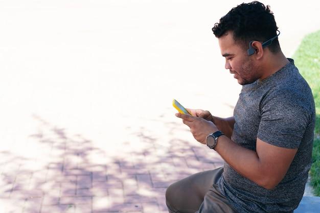 야외에서 훈련하는 동안 휴대전화를 확인하는 남자