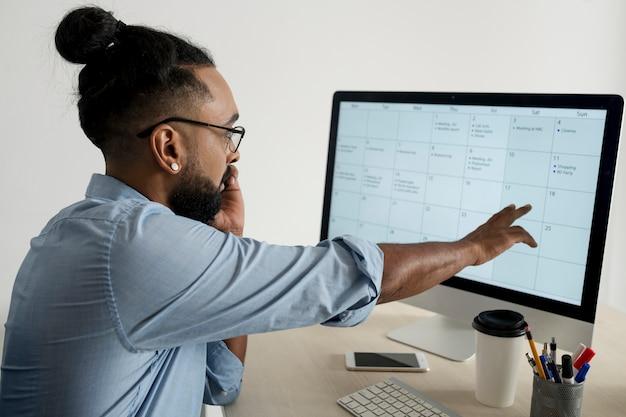 Человек проверяет свой планировщик на работе