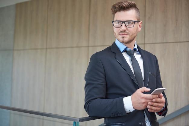 Человек, проверяющий некоторые важные документы по телефону