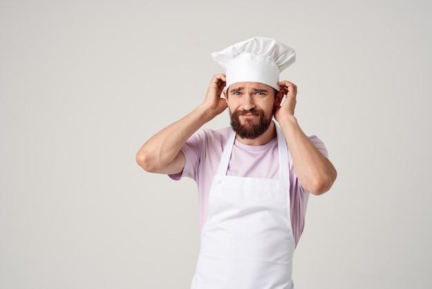 エプロン感情レストラングルメ料理の男シェフ