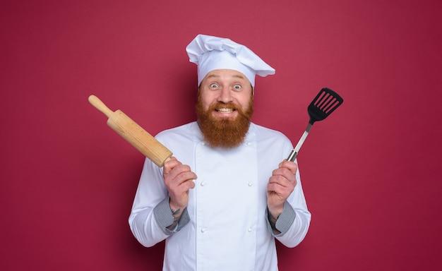 행복하고 놀란 표정 부르고뉴 컬러 배경으로 남자 요리사