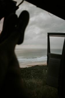 바다 옆에서 그의 차에서 놀고 있는 남자
