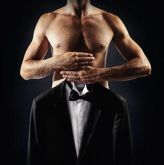 Мужчина выбирает платье для ношения