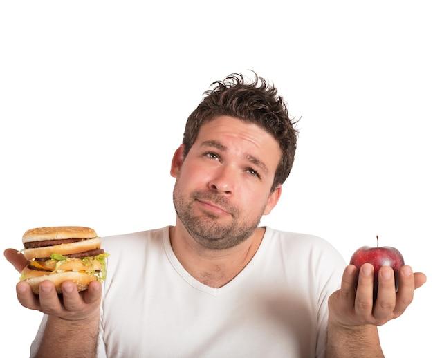 Человек выбирает между здоровой пищей и нездоровой