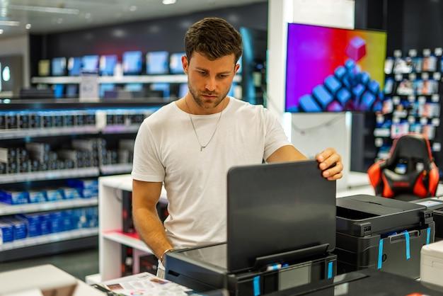 電器店でハードウェアを選ぶ男