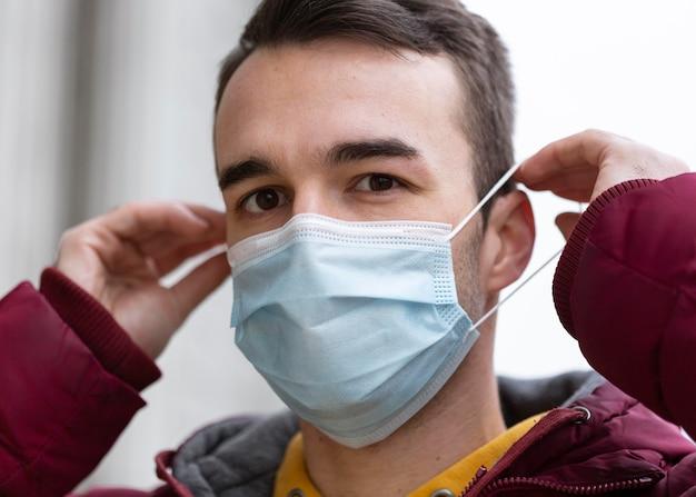 Uomo in città che indossa la mascherina medica