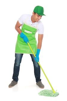 男は床を掃除