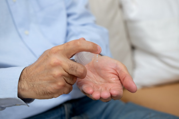Человек моет руки дезинфицирующим средством