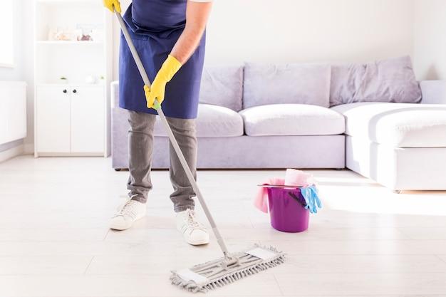 Человек убирает свой дом