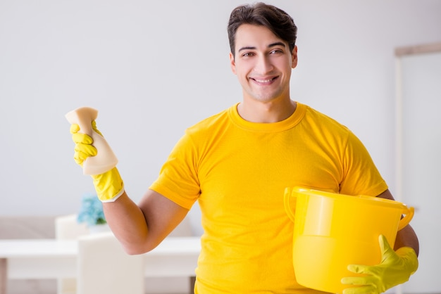 Мужчина убирает дом помогает жене
