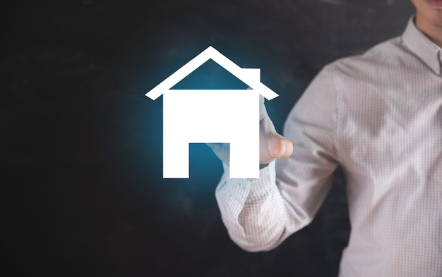 남자는 집 아이콘을 클릭합니다.