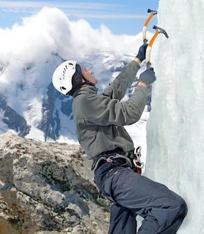 겨울 산에서 icefall에 등반 하는 남자